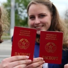 """Кремль не хоче видавати російські паспорти мешканцям """"ДНР"""" і """"ЛНР"""": """"Звертайтесь до української міграційної служби"""""""
