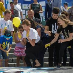 Перша леді разом з дітьми зібрала на Майдані карту України (фото)