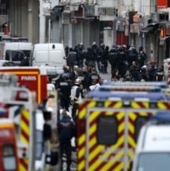 З'явилося відео, як армія Франції перекриває передмістя Парижа (ВІДЕО)