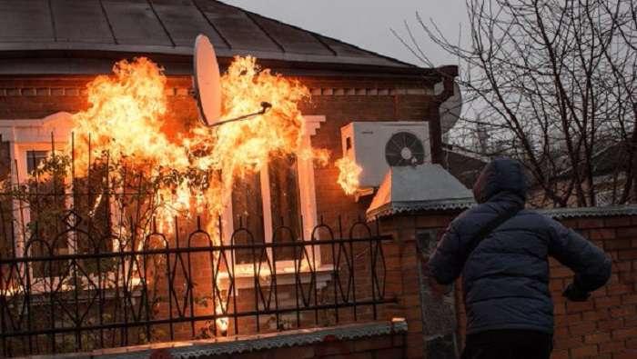 НаХарківщині активісти з«Азова» закидали будинки поліцейських коктейлями Молотова