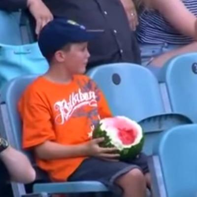 Хлопчик підкорив інтернет, поїдаючи кавун з шкіркою (відео)