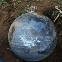 На в'єтнамське село звалилися з неба три дивні металеві кулі (фото)
