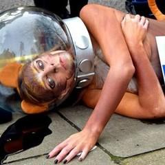 Відома порноактриса роздяглася біля консульства РФ (фото)