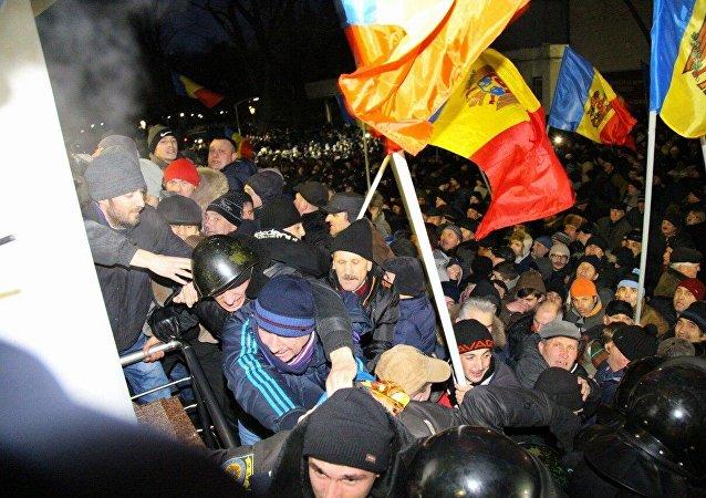 ВКишиневі учасники акції протесту, прорвавши кордони, увірвалися добудівлі парламенту