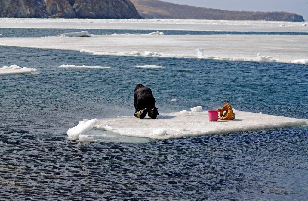 Двоє людей опинилися накрижині вакваторії Каховського водосховища