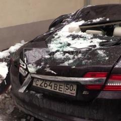 У центрі Москви брила льоду розбила елітний «Ягуар», ледь не вбивши власницю (ВІДЕО)