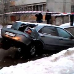 Комунальники в Росії розламали автомобіль, коли витягали його з каналізації (відео)