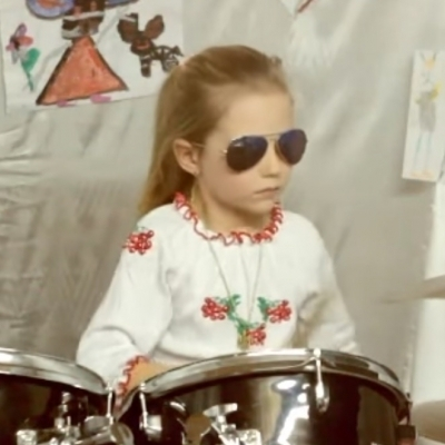 7-річна українка майстерно грає на барабанах (відео)