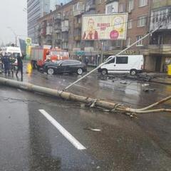 У Києві сталося масштабне ДТП, перекрито рух на одній з артерій міста (ФОТО+ВІДЕО)