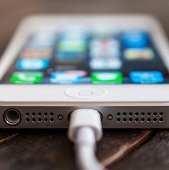 Чому не можна користуватися iPhone під час підзарядки