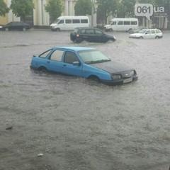 Злива у Запоріжжі: вулиці міста захлинула вода (фото)