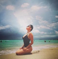 Астаф'єва в смугастому купальнику розбурхала шанувальників на пляжі Майамі (фото)