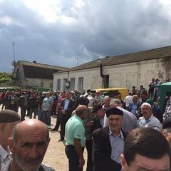 На похорон жорстоко вбитої у Криму жінки прийшли сотні кримських татар (відео)