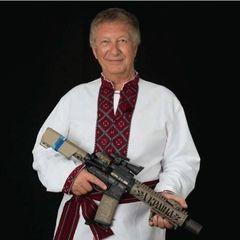 Користувачі мережі обурені фотографією екс-депутата Держдуми із вишиванкою та автоматом
