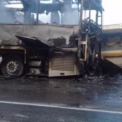 У мережі з'явилося відео палаючого автобусу із дітьми в Криму (ВІДЕО)