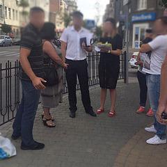 У Харкові посеред вулиці затримали хабарницю