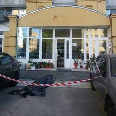 У Києві молодий чоловік випав із десятого поверху багатоповерхівки