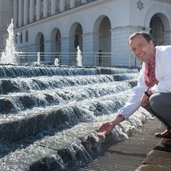 На Майдані запрацював Каскадний фонтан із підсвіткою