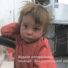 У Берегові серед сміттєвих баків знайшли покинуту голодну дитину
