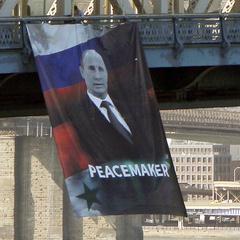 Нью-Йорку вивісили величезний портрет Путіна з підписом «Миротворець»