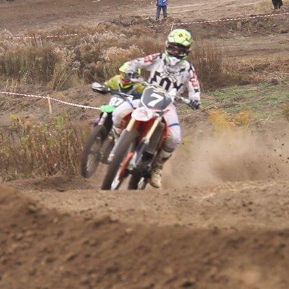 Шибайголови на мотоциклах позмагалися у мотокросі під Житомиром (відео)