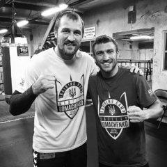 Російський чемпіон світу з боксу одягнув футболку з гербом України
