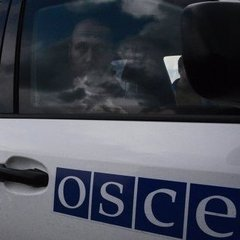 Автомобіль ОБСЄ потрапив під обстріл недалеко від Донецька