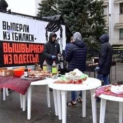Опоненти Саакашвілі біля будівлі Одеської ОДА влаштували «народні гуляння» (фото, відео)