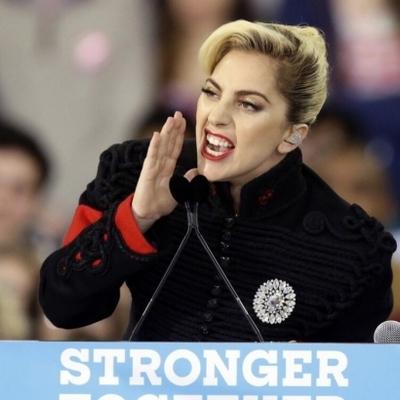 Засмучена Леді Гага протестує біля «Трамп-тауера»