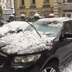 У Києві брила снігу розбила припаркований автомобіль