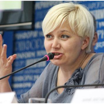 Письменниця запропонувала на станції метро зрізати бюсти російських діячів