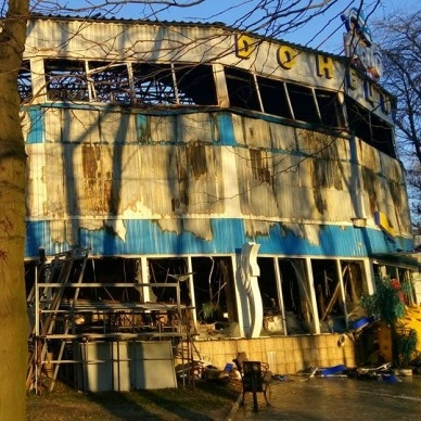 В Донецьку повністю згорів дельфінарій (фото)