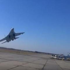 Опубліковано відео небезпечного маневру українського Су-27 над головами людей (відео)