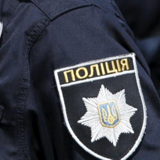 У Києві 51-річний чоловік не випускав із квартири дівчину, яка консультувала його щодо встановлення вікон