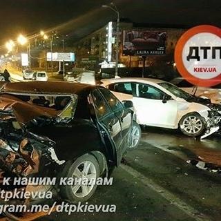 Зупинився, щоб прибрати сміття з дороги: в Києві трапилася жахлива ДТП (фото)