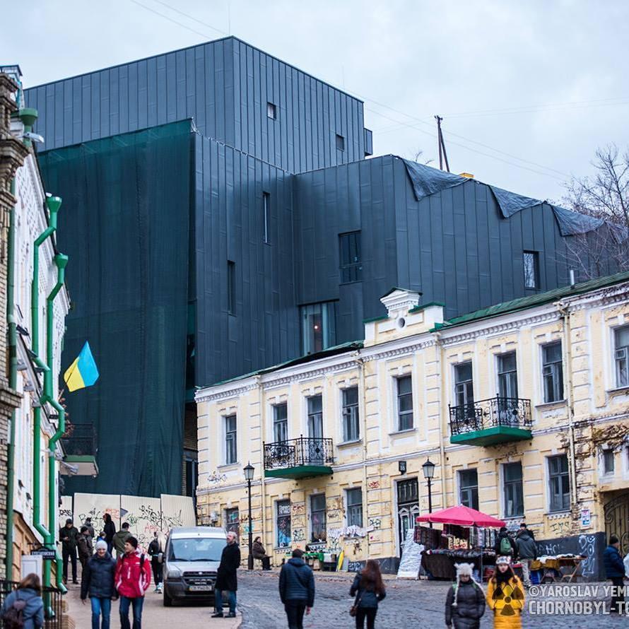 Кияни в шоці від вигляду театру на Андріївському узвозі після реконструкції (фото)