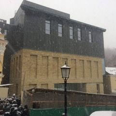 У КМДА повідомили, що будуть робити з фасадом театру на Андріївському узвозі