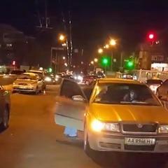 ДТП у Києві: водій збів дітей, які з санками перебігали дорогу (відео)