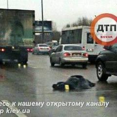 У Києві чоловік стрибнув з мосту та потрапив під колеса автівки