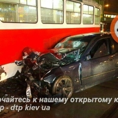ДТП в Києві: BMW розчавився об трамвай, водій в реанімації (відео)