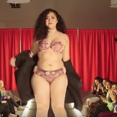 Звичайні жінки відтворили дефіле ангелів Victoria's Secret (відео)