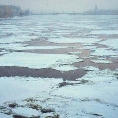 Школяр врятував дівчинку, що провалилась під лід на Дніпрі (відео)
