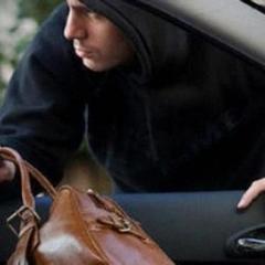 У Києві грабіжники на очах у власниці обікрали авто