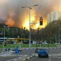 Стовп диму і палаюче небо: моторошні відео вибуху нафтопереробного заводу