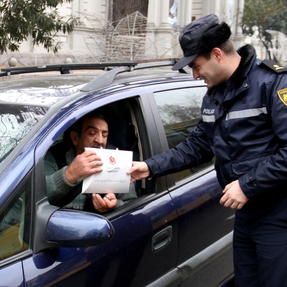 Грузинські поліцейські на вулицях вручали новорічні подарунки водіям (фото)