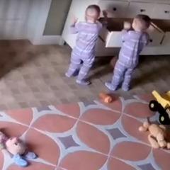 Дворічний хлопчик врятував свого брата-близнюка (відео)