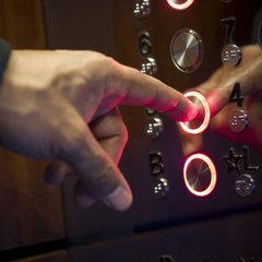 Ліфт вбивця: чоловік провалився у шахту і впав у кому (Відео)