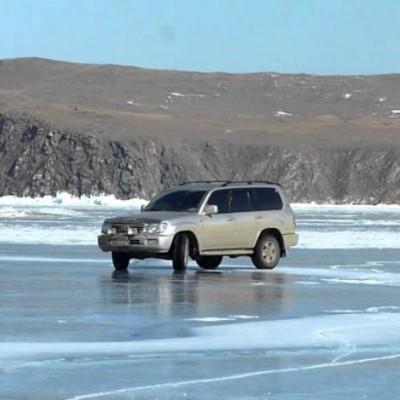 Два автомобілі у Дніпрі провалилися під лід