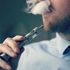 На 90 відсотків безпечніше? У американця вибухнула електронна сигарета (Фото)