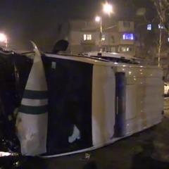 У Запоріжжі інкасаторське авто, наповнене грошима, зіткнулось із джипом та перекинулось (відео)